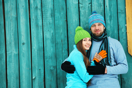 familias felices: Joven pareja feliz en el amor al aire libre en el invierno Foto de archivo