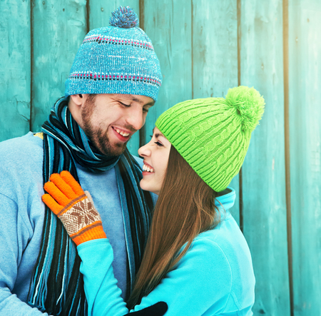 Jong gelukkig paar in liefde in openlucht in de winter