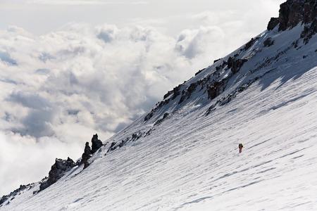 randonneur dans la montagne. Grimpez au sommet. alpinisme