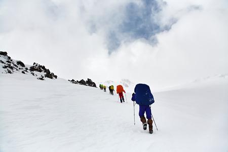 Groep wandelaars in de berg. Klim naar de top. zomer wandelen Stockfoto