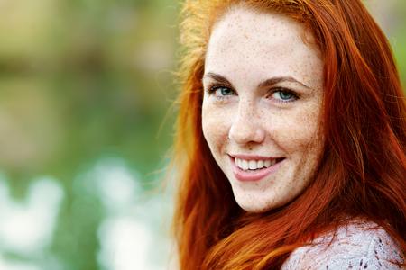 肖像画 af 美しい赤毛の女性を屋外。公園での散歩にスタイリッシュなロマンチックな若い女の子。赤い髪とそばかす 写真素材