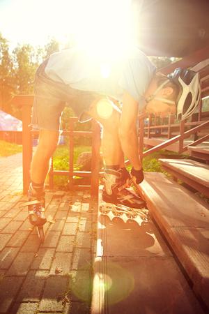 rollerblading: Hombre patinar al aire libre