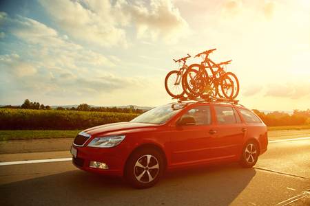 car is transporting bicycles on the roof. bikes on the trunk Stok Fotoğraf