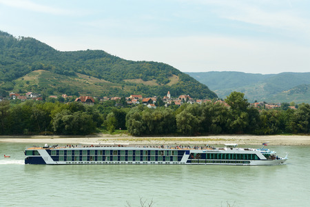 longest passenger tourist motorship floats down the river. Danube Valley of the Wachau, Austria Stockfoto