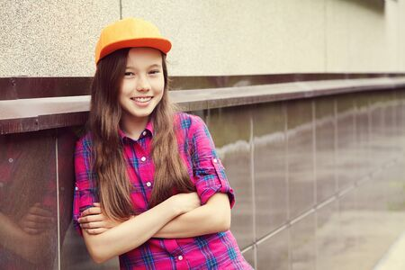 Beautiful teenage girl outdoors. youth lifestyle. portrait of adolescent in the city. 版權商用圖片