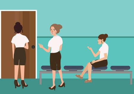 sentarse: mujer esperando en el uniforme para la entrevista de trabajo sentado de pie