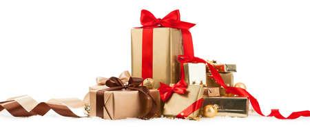 Weihnachtsgeschenke isoliert auf weißem Hintergrund