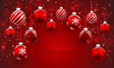 Weihnachtskugeln mit Schnee auf rotem Hintergrund Weihnachtskarte