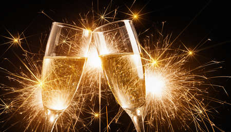 brindisi champagne: Bicchieri di champagne e stelle filanti su sfondo luminoso con stelle filanti