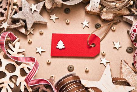 moños navideños: Decoraciones de Navidad con etiquetas, cintas y estrellas sobre fondo de papel