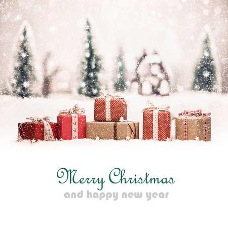 Weihnachtslandschaft mit Geschenken und Schnee. Weihnachten Hintergrund