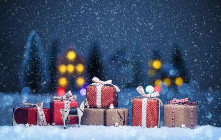 neige noel: Paysage de nuit avec des cadeaux et de la neige. Noël fond