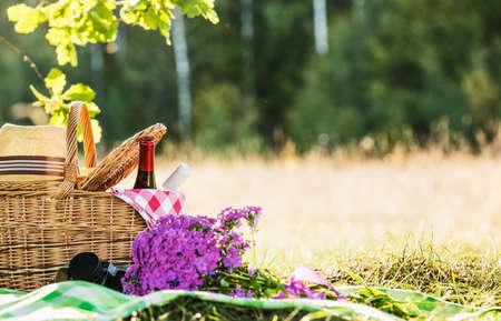 在橡木桶附近,用红葡萄酒和白葡萄酒野餐