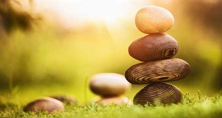 Fondo natural de equilibrio y armonía, piedras naturales hechas de madera Foto de archivo