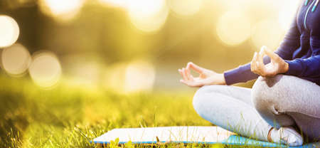 Yoga Frau meditiert bei Sonnenuntergang
