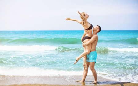 Glückliche junge Paar genießt das Meer