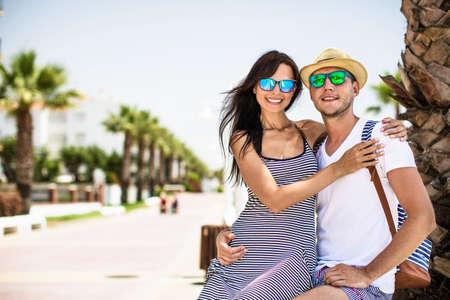 Junges Paar im Urlaub an der Küste