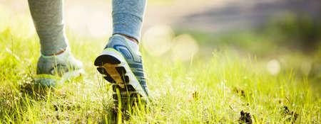 Closeup auf Schuh von Athleten Läufer Frau Füße auf Park laufen. Sportkonzept Lizenzfreie Bilder
