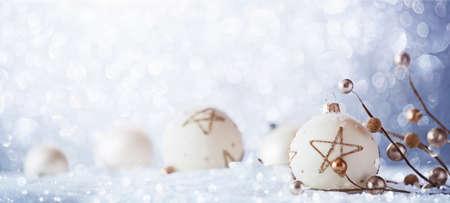 Winter-Dekorationen auf Schnee bedeckt funkelnden Hintergrund