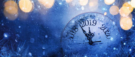 Happy New Years 2019. Winter Celebration With Dial Clock On Snow And Light Standard-Bild - 109103425