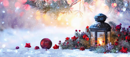Christmas lantern on snow with fir branch in the sunlight. Winter decoration background Standard-Bild - 109440589