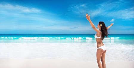 Happy Woman on the Beach of Ocean. Enjoying Every Moment. Summer Vacation Standard-Bild - 116011009