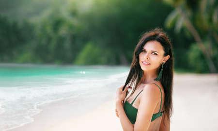 Happy Woman on the Beach of Ocean. Paradise Island Standard-Bild - 116011010