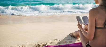 Young Woman Reading on Tropical White Beach. Summer Vacation Traveling Relaxation Standard-Bild - 116011020
