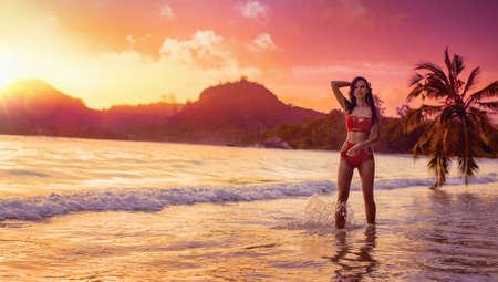 Free Woman Enjoys Ocean Breeze at Sunset. Summer Vacation Standard-Bild - 116011990