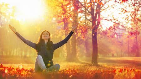 Happy Woman Enjoying Life in the Autumn on the Nature Stockfoto