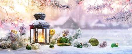Christmas Lantern On Snow With Fir Branch in the Sunlight. Winter Decoration Background Stockfoto