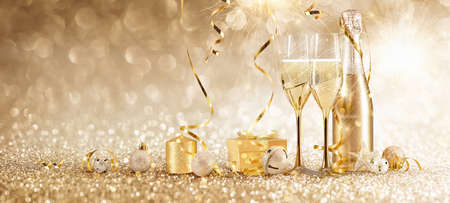 New Years Eve Celebration Background with Champagne and Confetti. Golden Holiday Party Stockfoto
