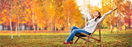 Happy Woman Enjoying Life in the Autumn on the Nature Standard-Bild