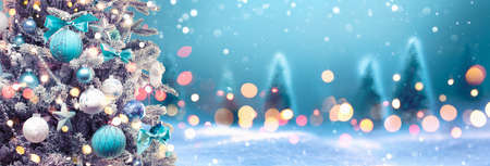 Christmas Tree with Decoration On A Winter Background With Bright Lights And Snow Standard-Bild