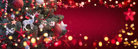 Christmas Tree with Decorations And Stars. Red Winter Background Standard-Bild