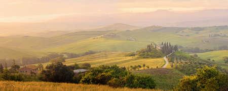 Beautiful Italian Landscape Early In The Morning In Sunbeams. Tuscany Italy Standard-Bild