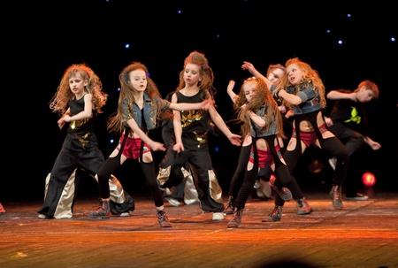 """niños bailando: Vitebsk, Bielorrusia - 02 de abril: Los niños no identificados del grupo de baile """"Belka"""" en un concierto de """"El baile de grupo"""" Belka """"recoge amigos"""" el 2 de abril de 2012 en Vitebsk, Bielorrusia"""