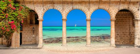 arcos de piedra: Edificio histórico con arcos y flores