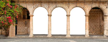 arcos de piedra: Edificio histórico con arcos y flores aisladas