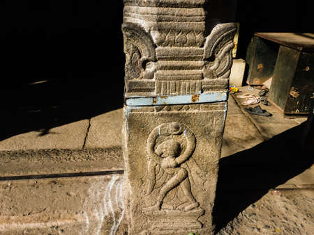 Trichy, Tamil Nadu, India - February 2020: A beautiful carving of a dancing figurine on a stone pillar in the ancient Rock Fort temple. 新聞圖片
