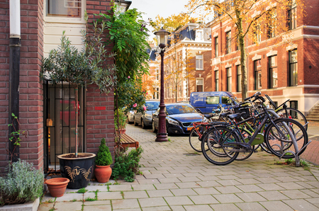 Schilderachtige rustige straat in de buurt van het Vondelpark. Amsterdam, Nederland.
