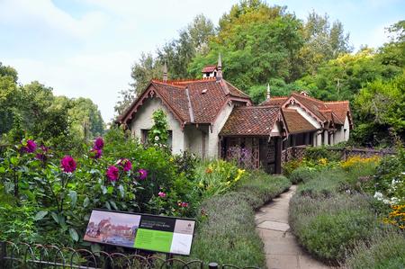 st jamess: Duck island cottage in St. Jamess Park. London, United Kingdom.