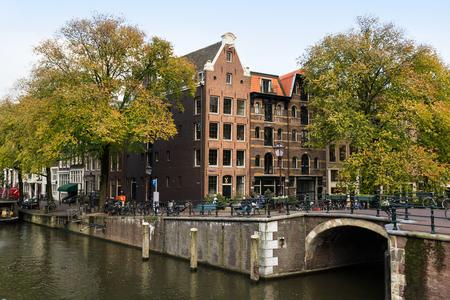 Antiguo edificio de apartamentos en la intersección de dos canales: Prinsengracht y Brouwersgracht.