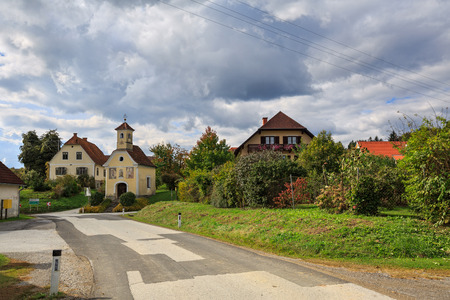 Le village autrichien de Perndorf à l'automne. Municipalité Puch bei Weiz, Land de Styrie, Autriche.