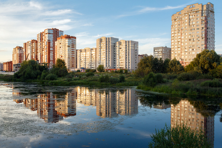View of the new residential neighborhood on the banks of the river Pekhorka in summer. City of Balashikha, Moscow region, Russia. Stockfoto