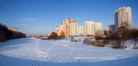 Panoramic view of the new residential neighborhood on the banks of the river Pekhorka in winter. City of Balashikha, Moscow region, Russia. Stockfoto