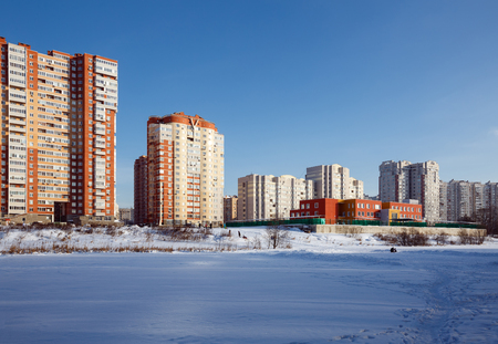 View of the new residential district with kindergarten on the banks of the river Pekhorka in winter. City of Balashikha, Moscow region, Russia. Stockfoto