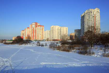 New residential neighborhood on the bank of the river Pekhorka in winter. Balashikha, Moscow region, Russia. Redactioneel