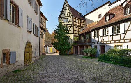 Traditionelle mittelalterliche Fachwerkhäuser im historischen Ortskern. Stadt Colmar, Haut-Rhin, Elsass, Frankreich, Europa.
