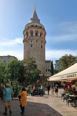 ISTANBUL, TURKEY - OCTOBER 07, 2020. Galata Tower - medieval stone tower in the Karakoy quarter of Istanbul. Beyoglu district, Turkey, 報道画像